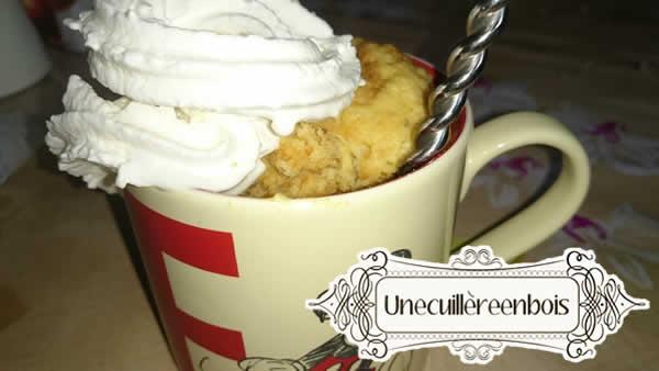 banana-peanut-butter-mug-cake-topping-chantilly
